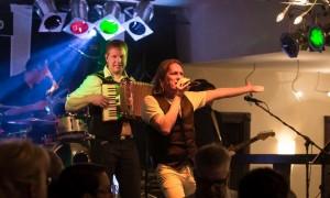 Keyboarder Ralf Adams und Sänger Frank Dziemba live auf der Bühne in Bremen