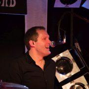 Drummer Axel Kretschmer spielt in Tanzband